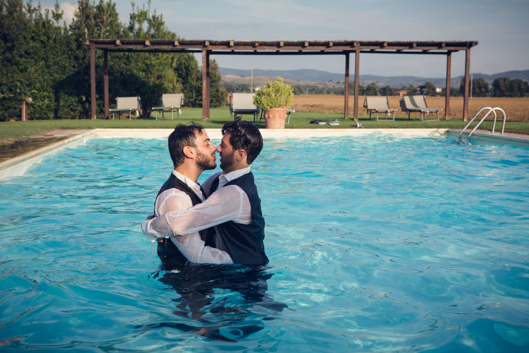 sposi gay si baciano in piscina